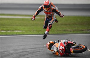 Marc Márquez sale, casi caminando, escupido por encima de la cúpula de su Honda, hoy, en Sepang, Malasia.