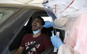 Un ,médico hace un control de covid-19 a un ciudadano de Tel Aviv.