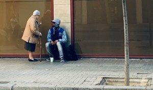 La conexión entre un mendigo y una monja en plena calle de Barcelona que emociona a las redes