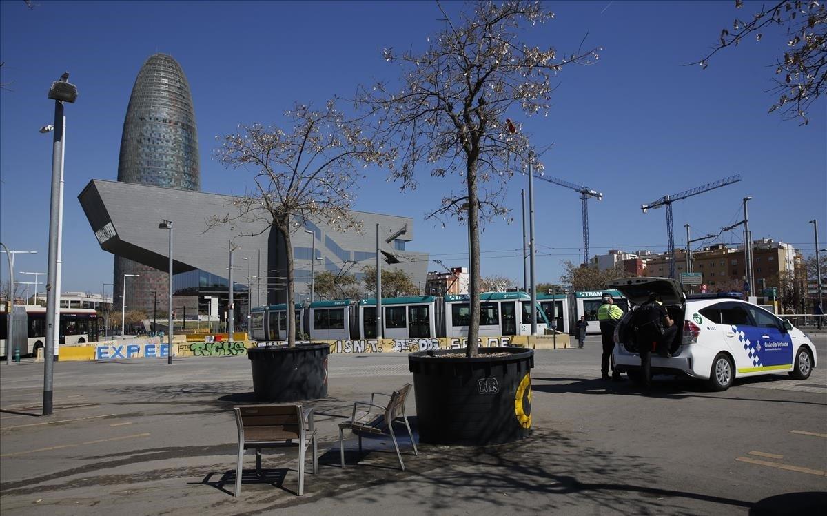 El aspecto de la zona de Glòries, sin vendedores y con una patrulla de la Urbana, esta mañana
