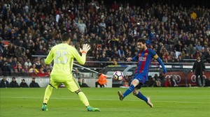 Messi, en la acción del primer gol.