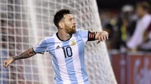 Messi celebra el gol de penalti con el que Argentina tumbó a Chile en Buenos Aires.