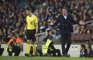 Michel protesta al cuarto árbitro durante el partido Barcelona-Málaga.