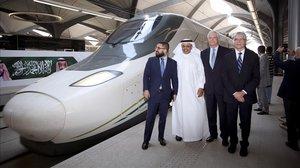 Miembros del consorcio del AVE a La Meca con autoridades del transporte saudí.
