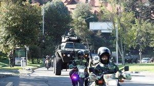 Miembros del Ejército patrullan, este sábado, las calles de Bogotá.