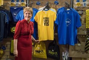 La ministra principal de Escocia, Nicola Sturgeon, en el hall donde se celebra el congreso del Partido Nacional Escocés, en Aberdeen.