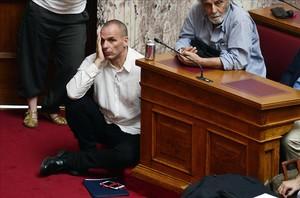 El ministro griego de Finanzas, Yanis Varufakis, asiste a una sesión en el Parlamento en Atenas, Grecia.