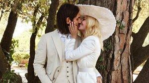 La actriz Miriam Giovanelli se besa con su marido, el arquitecto Xabi Ortega, el día de su boda.