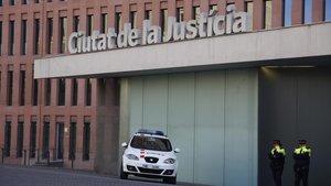Mossos vigilan la Ciutat de la Justícia.