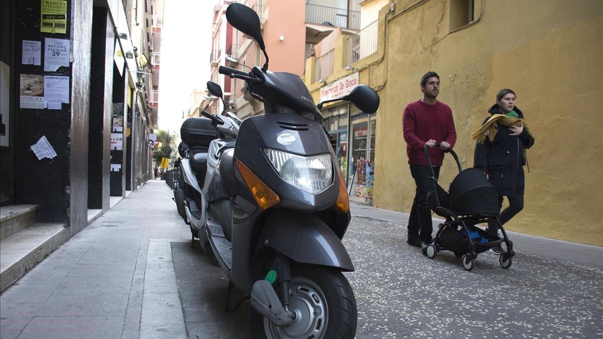 Motos aparcadas incorrectamenteenRamon y Cajal, por ser unavía de plataforma única con aceras de menos de tres metros, la semana pasada