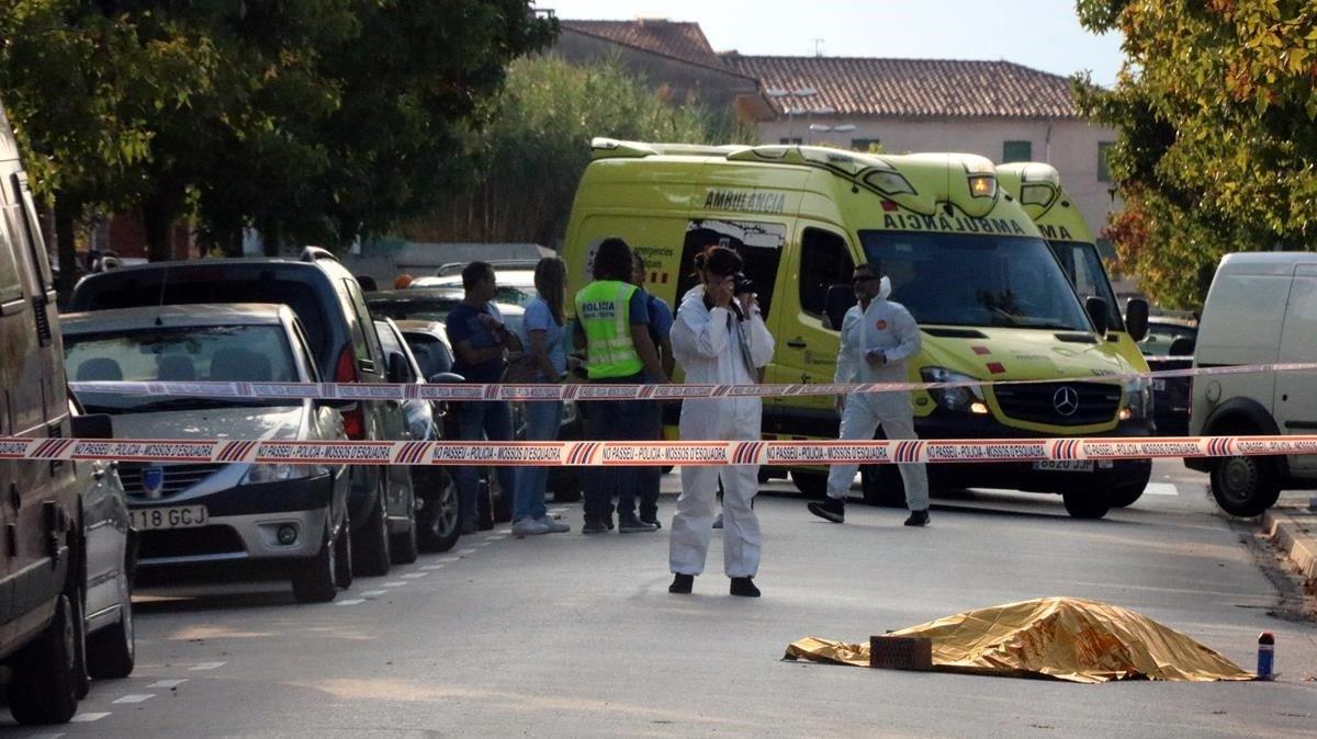 El cuerpo de la mujer asesinada en plena calle en Sant Joan les Fonts.