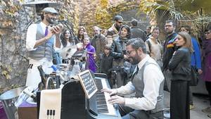 Música en directe 8 Artistes amenitzen la jornada davant desenes de visitants, ahir al matí.