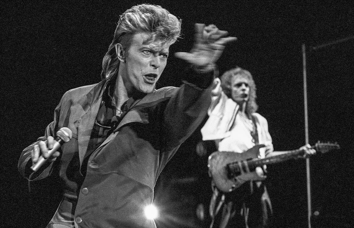David Bowie, junto aPeter Frampton,en su actuación en el Miniestadi del FC Barcelona, en 1987 ('Glass spider tour').