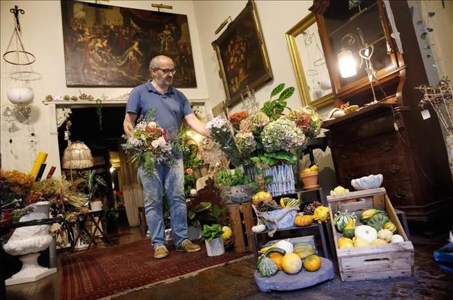Por las venas de Joan Carles Farrés debe de correr clorofila: es la tercera generación de su familia que se encarga de la floristería.
