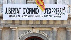 Nueva pancarta en la fachada del Palau de la Generalitat: Libertad de opinión y expresión