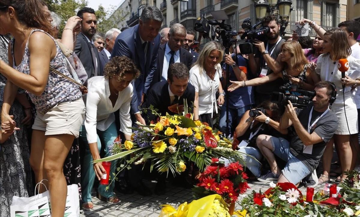Ofrenda floral de Pablo Casado y otros miembros del PP.