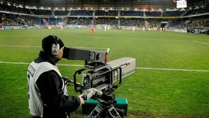Una de la cámaras de televisión desplegadas en el estadio para retransmitir un partido de fútbol.
