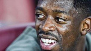 Ousmane Dembélé, en el banquillo, durante el partido entre el Barça y el Betis.