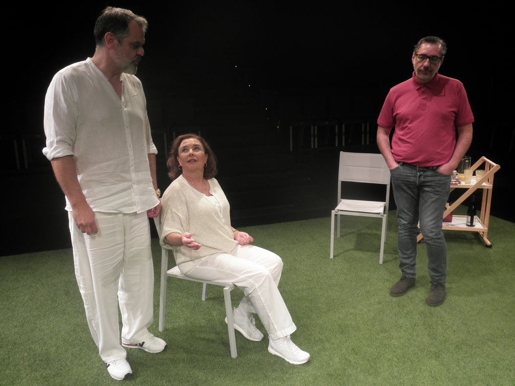 Los tres protagonistas durante la representación de esta comedia.
