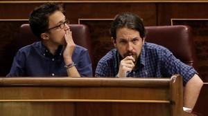 Pablo Iglesias e Íñigo Errejón en sus escaños del Congreso.