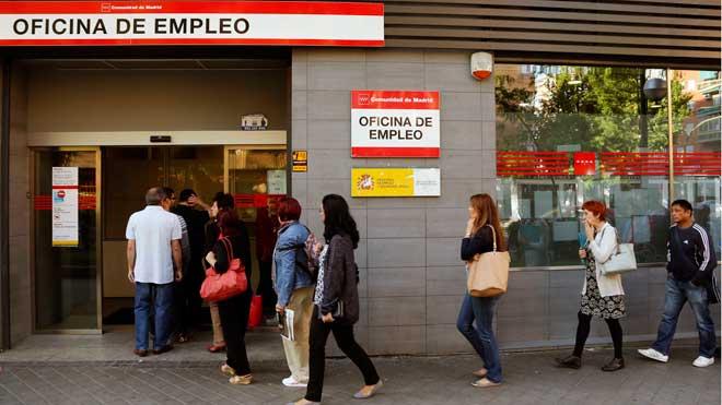 El paro cae en 84.075 personas y marca su nivel más bajo en diez años. En la foto, una oficina de empleo en el barrio madrileño de Arganzuela.
