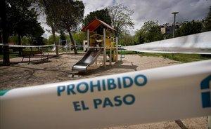 Un parque infantil cerrado, en Madrid. La medida, adoptada el pasado marzo, vuelve a ponerse en marcha a partir del lunes.