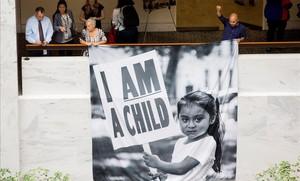 Participantes en una protesta para demandar a Trump la reunificación de las familias de inmigrantes separadas en la frontera, este jueves, en Washington.