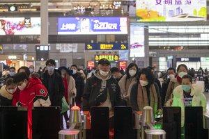 Pasajeros en Shanghái se protegen con máscaras