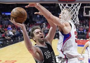 Pau Gasol trata de encestar ante Blake Griffin, de los Clippers.