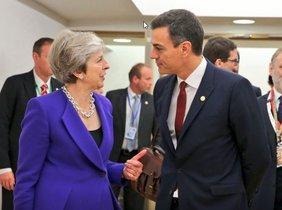 Sánchez y May hablan de impulsar la negociación sobre el Brexit y Gibraltar