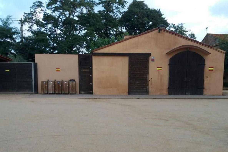 Pintadas españolistas en edificios privados del espacio rural de Gallecs.