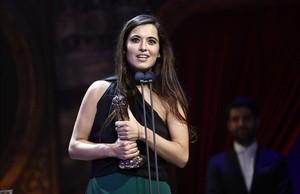 Sílvia Pérez Cruz con el premio a mejor música original por Cerca de tu casa.