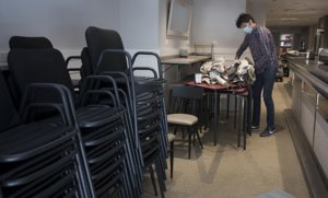 Preparativosen el bar-restaurante La Tertulia del Poblenoupara abrir parcialmente la próxima semana, este miércoles.