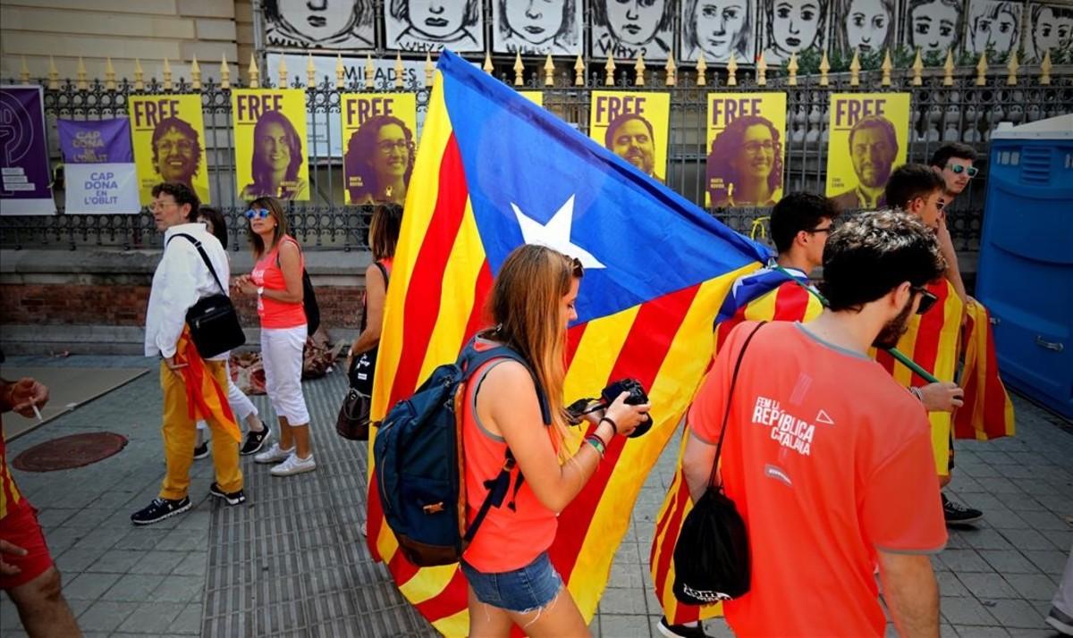 Preparativos de la Diada en el paseo de Gràcia con Diagonal.