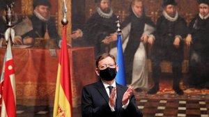 El president de la Generalitat,Ximo Puig,aplaude en el Palau de la Generalitat.