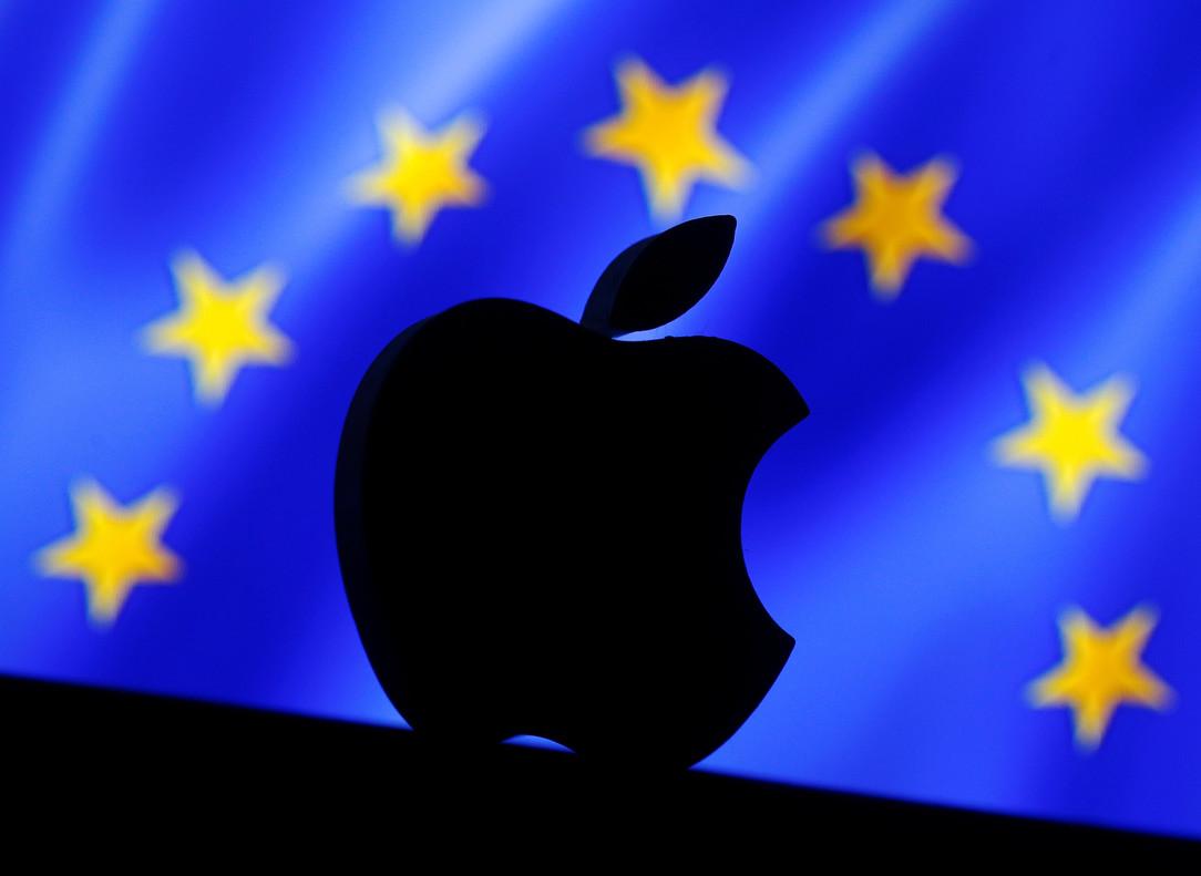 El logo de Apple en una bandera de la UE.