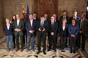 Puigdemont comparece, anoche rodeado por los miembros del Govern en el Palau de la Generalitat.