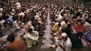 Habitantes de Lahore se reúnen a la espera de romper el ayuno durante el Ramadán, en una imagen de archivo.
