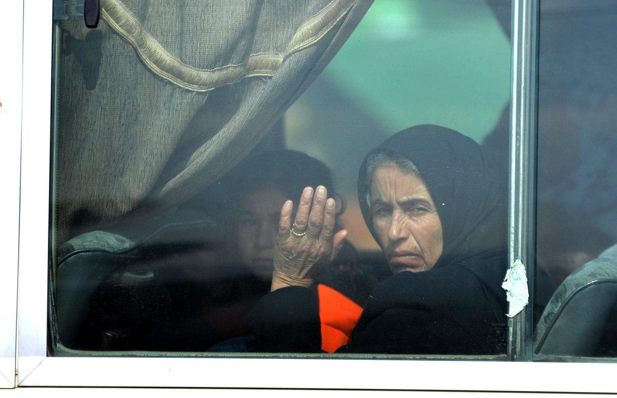Una familia desplazados intenta regresar a sus hogares en Siria.