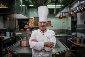El 'rey' de la cocina francesa, Paul Bocuse, en la cocina del Collonges au Mont d'Or, en el 2012.