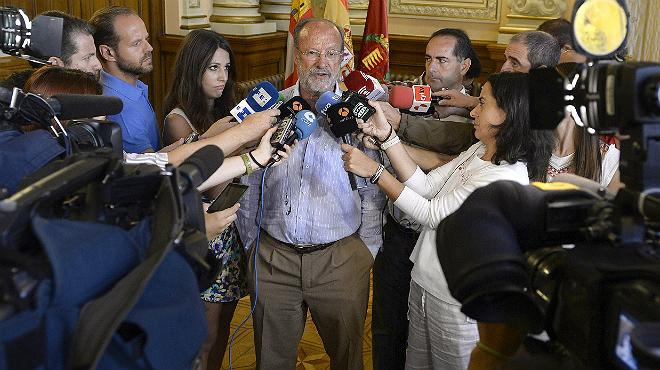 El alcalde de Valladolid, Javier León de la Riva, comparece ante los medios de comunicación, para explicar la polémica sobre sus declaraciones.