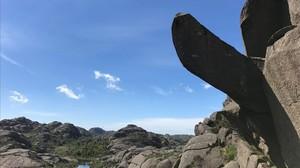 La roca Trollpikken, en Egersund, antes de ser objeto de vandalismo.