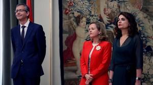 El gobernador del Banco de España, Pablo Hernandez de Cos, junto a las ministras de Economia, Nadia Calviño, y de Hacienda, Maria Jesús Montero.