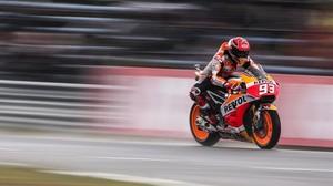 Márquez sobreviu a la pluja millor que Rossi&Cia