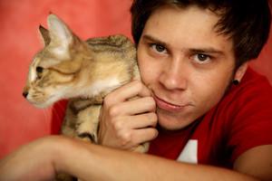 El Rubiuscon su gato en una foto promocional
