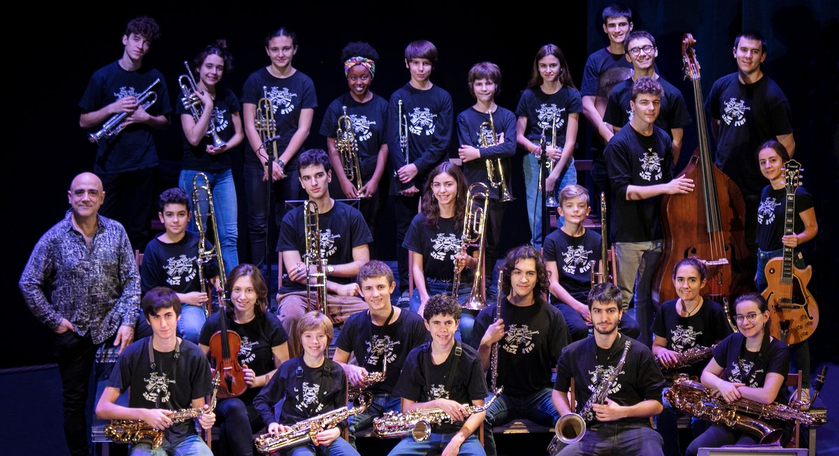 Joan Chamorro (izquierda) con los integrantes de esta orquesta juvenil.