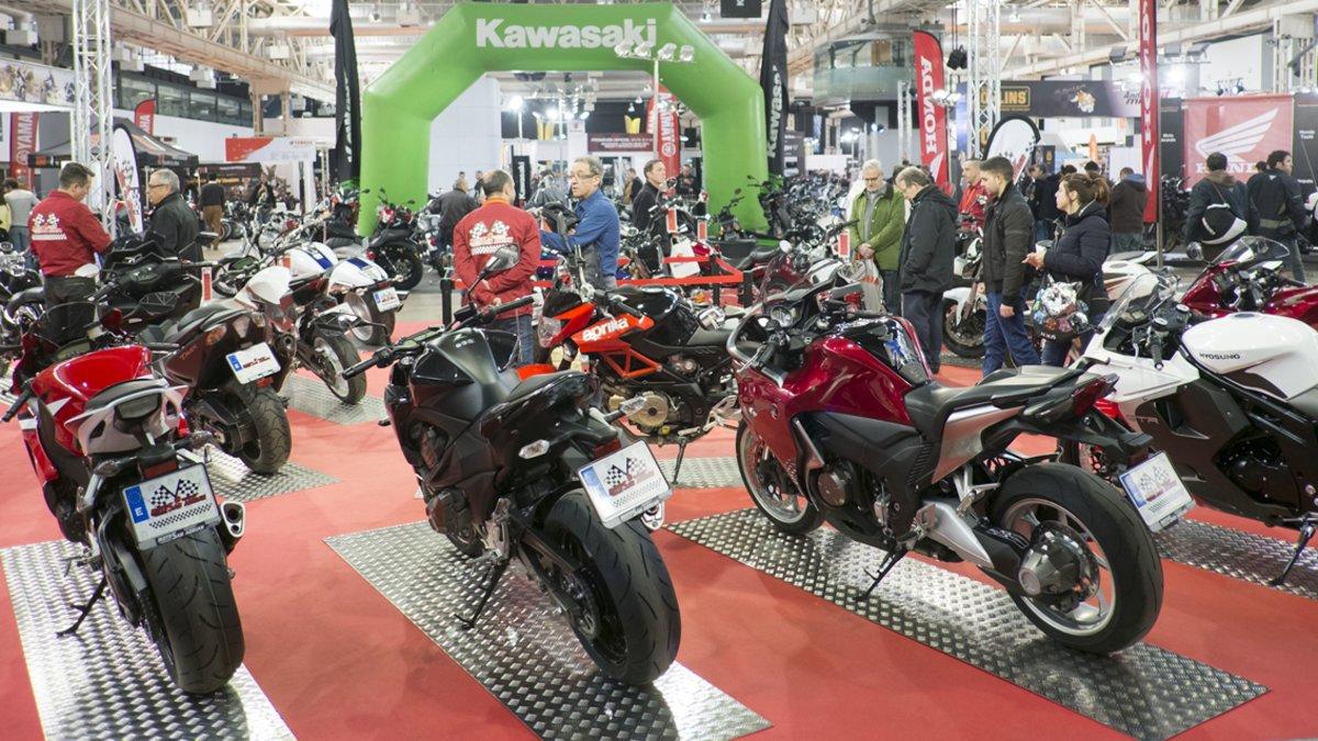 Visitantes en un salón de la moto de Barcelona.