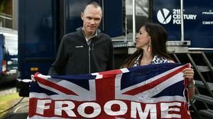 Chris Froome atiende a una aficionada.