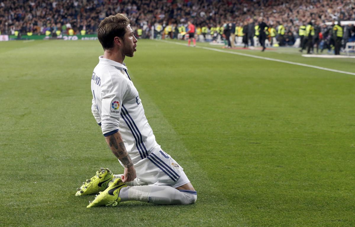 Sergio Ramos celebra un gol del Madrid.