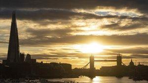 El sol se pone tras el 'skyline' londinense en un agosto sin turistas.